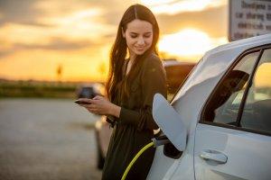 Eine Frau mit dem Elektroauto
